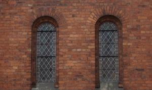 Atjaunotās altārtelās vitrāžas no ārpuses