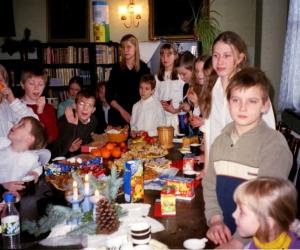 2003. gada Ziemassvētki. Nodarbības vada skolotāja Maija Prikule.